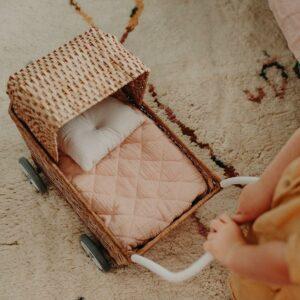 carrinho-bonecas-natural-conversivel-rattan-olli-ella-5
